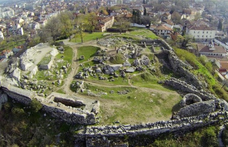 Пъзел от укрепления: на върха на Небет тепе се преплитат крепостни стени от античността и средновековието