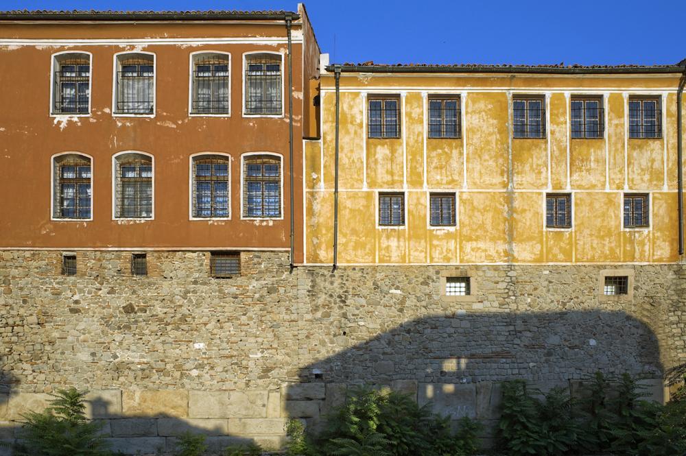 Римски крепостни стени, над които са построени средновековни укрепления и възрожденски сгради, Площад