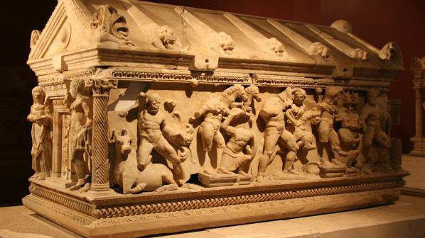В античността, формата на саркофазите имитирала тази на храм. Капак на саркофаг от лапидариума на Пловдивския Археологически музей