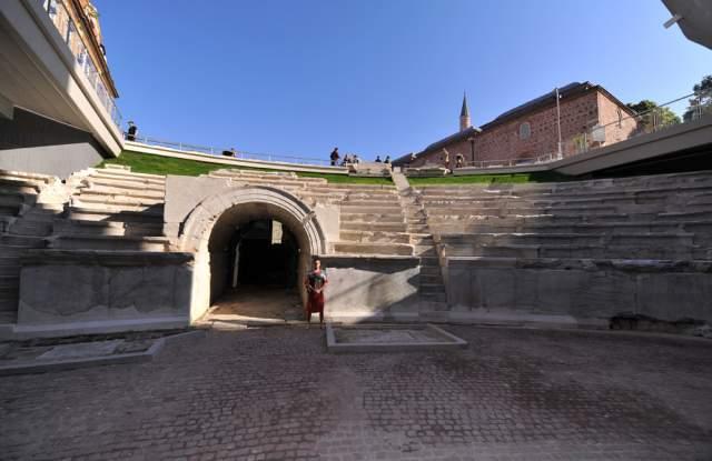 Хермес украсявал много обществени сгради във Филипопол. Този релеф е част от украсаjd на градския стадион. Пловдивски Археологически музей