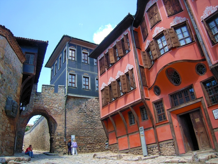 """На площад """"Атанас Кръстев"""", в стария Пловдив, виждате как върху античните крепостни стени стъпват средновековни укрепления и възрожденски къщи"""