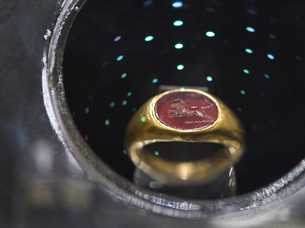 Златен пръстен с гема, Пловдивски Археологически музей